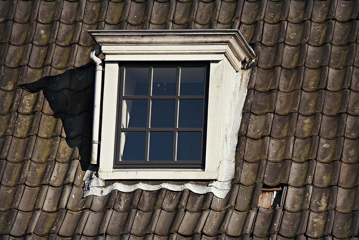 foto van een dakkapel op een oud huis