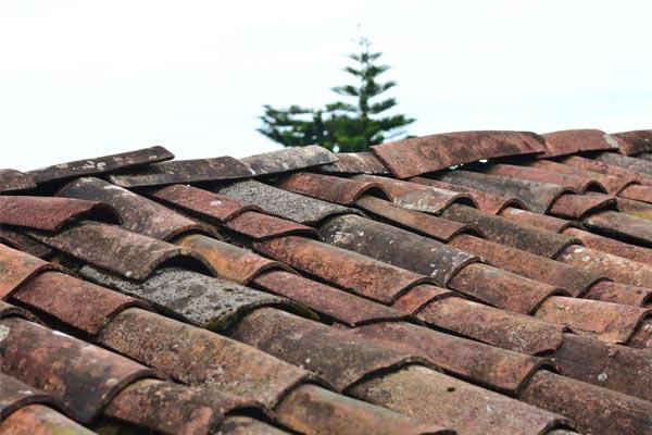afbeelding van verouderde dakpannen